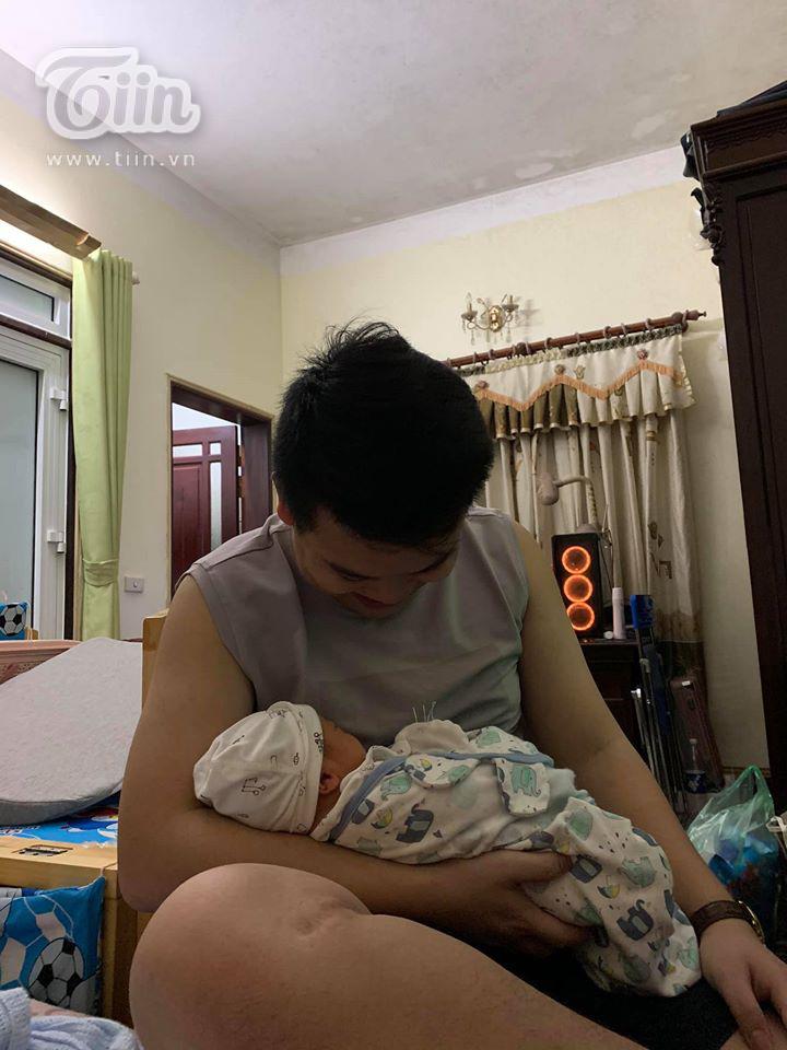 Không chỉ thương vợ, Mạnh Tuấn còn cực khéo trong khoản chăm con