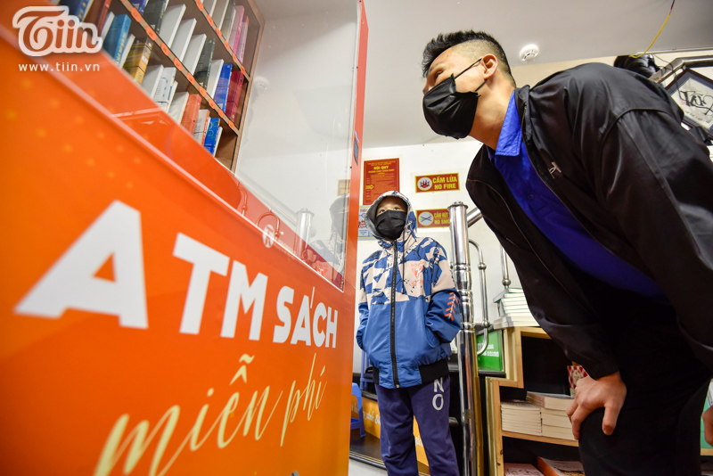 Trải nghiệm tại cây ATM sách miễn phí đầu tiên ở Hà Nội: Người dân không chỉ cần gạo, thực phẩm mà còn cần tri thức! 6