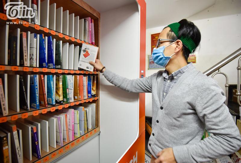 Trải nghiệm tại cây ATM sách miễn phí đầu tiên ở Hà Nội: Người dân không chỉ cần gạo, thực phẩm mà còn cần tri thức! 1