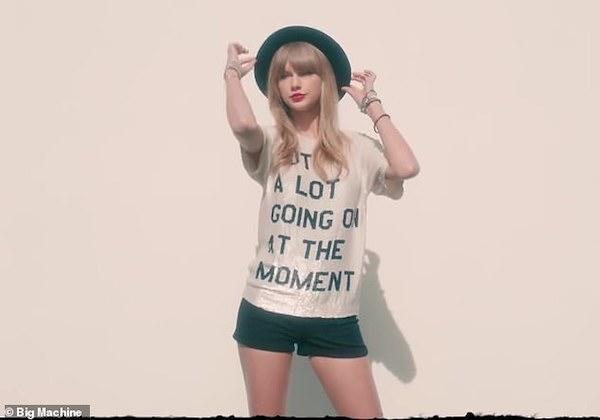 Hình ảnh của Taylor Swift trong MV 22 năm nào.