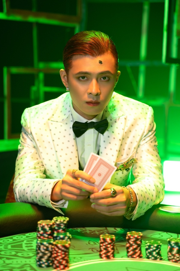 Tạm quên phong cách lãng tử, Gin Tuấn Kiệt khiến fan ngỡ ngàng với hình ảnh Joker 3