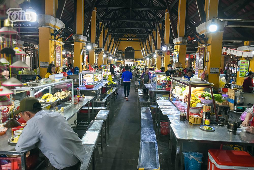 Nơi đây tập trung các gian hàng ẩm thực địa phương có 'tuổi đời' không hề khiêm tốn. Một số hàng ăn đặc sản mở cách đây 20-30 năm, chứng kiến nhiều sự thay đổi của phố cổ Hội An và gắn liền với sự phát triển của khu chợ truyền thống.