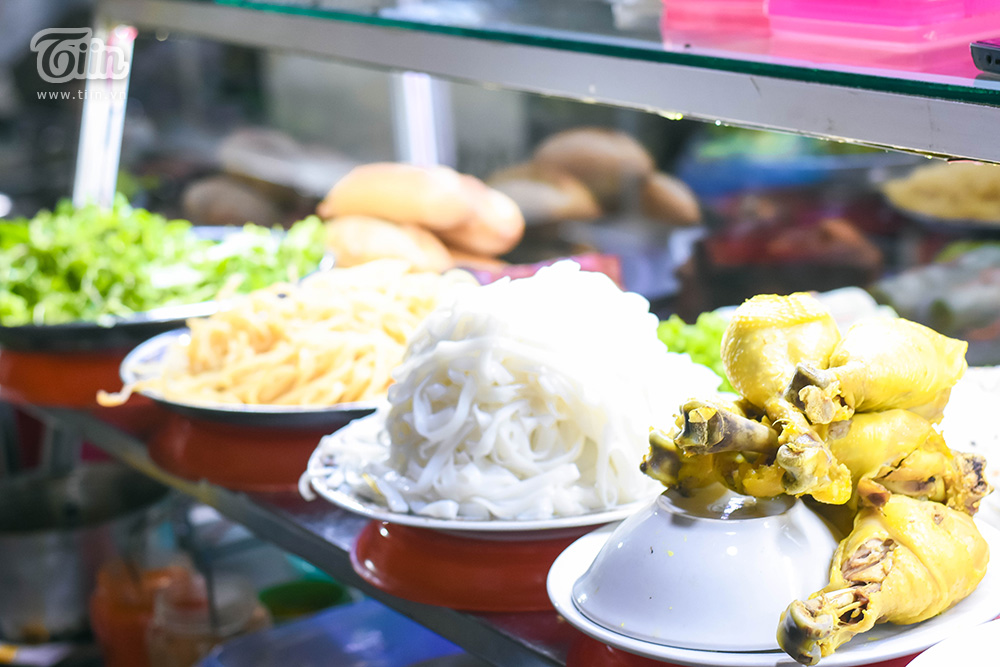 Những dĩa mì Quảng là món không thể thiếu khi đến Hội An. Đặc sản Quảng Nam được bán với giá 20-30k một tô, ăn kèm rau sống.