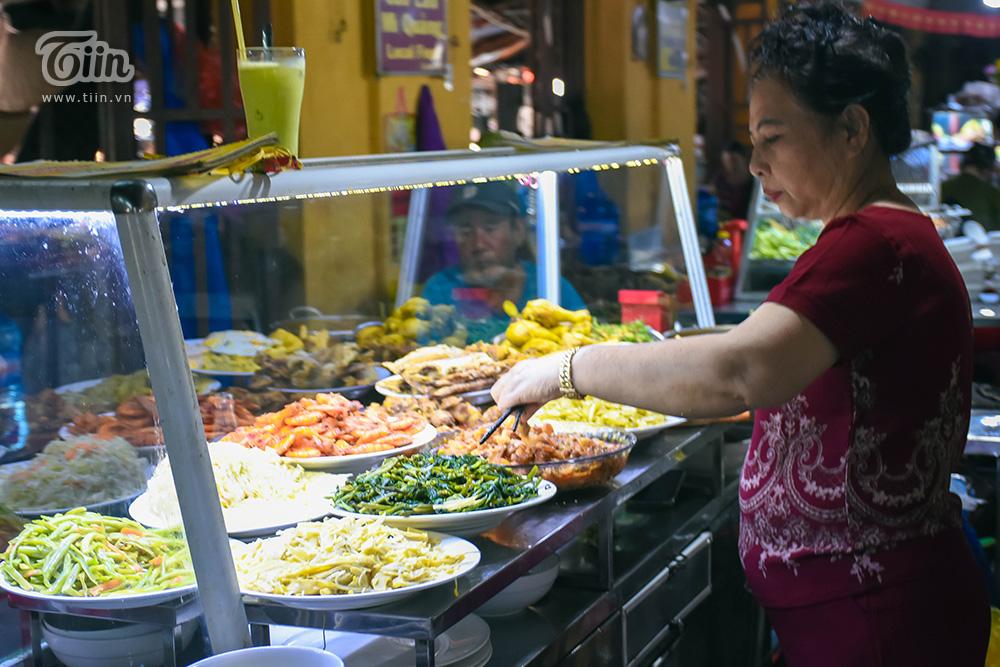 Ẩm thực trong chợ mang màu sắc đời sống, ít có tính trải nghiệm nhưng cũng đậm đà, mang đầy thi vị đặc trưng của phố cổ. Nếu bạn không ăn được cay thì cũng nên cân nhắc khi ghé đây!