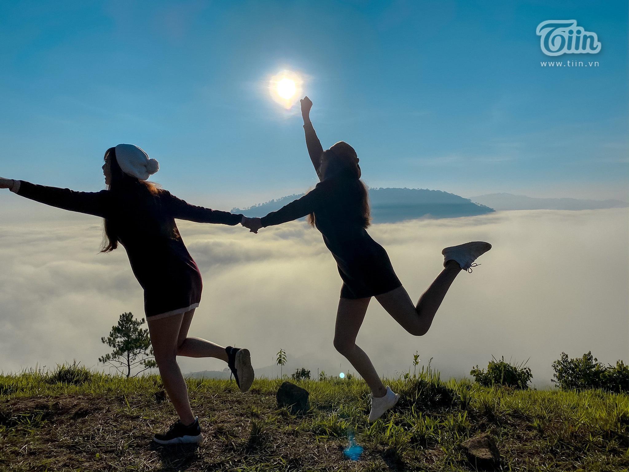 Dù bình minh hay hoàng hôn, cùng bên nhau và đi qua mọi thời điểm nhé bạn thân!
