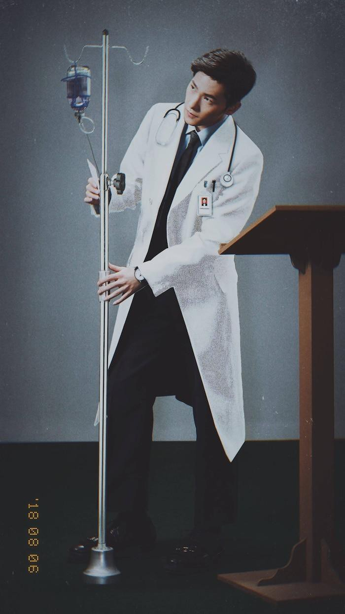 Dương Dương điển trai trong trang phục áo blouse trắng.