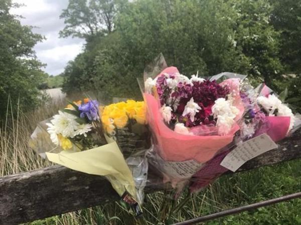 Những bó hoa tưởng niệmtrong Công viên Dunorlan nơi Matthew được tìm thấy.