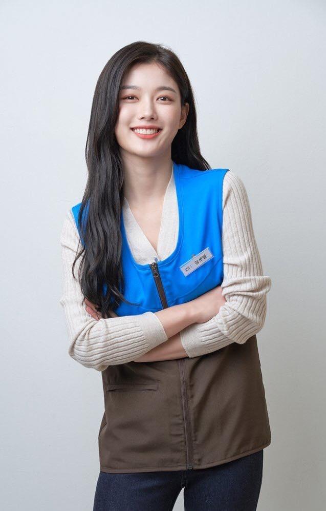 Kim Yoo Jung xinh đẹp trong tạo hình nhân viên part-time.