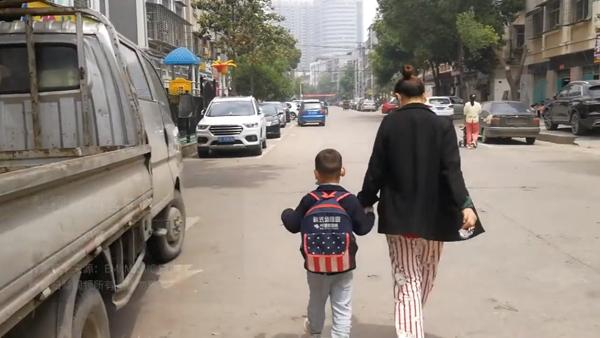 Chođến khi mẹđến khuyên bảo thì cậu bé mới tiu nghỉu nắm tay mẹ về nhà.