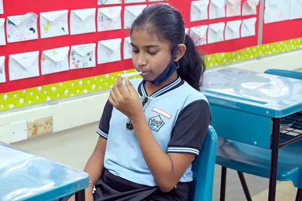Học sinh phải đo thân nhiệt và vệ sinh bề mặt xung quanh hằng ngày.