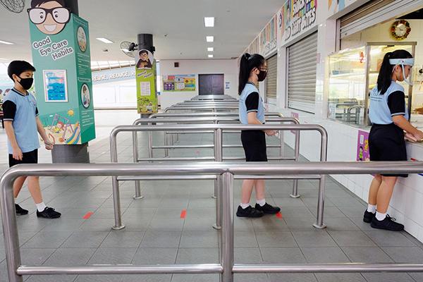 Học sinh xếp hàng tại canteen trường.