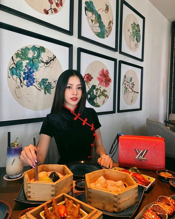Hội chị em 'vũ trụ hotgirl Hà Thành' của Chi Pu liên tục 'lăng xê' kiểu váy cổ điển, báo hiệu cho một xu hướng mới? 1