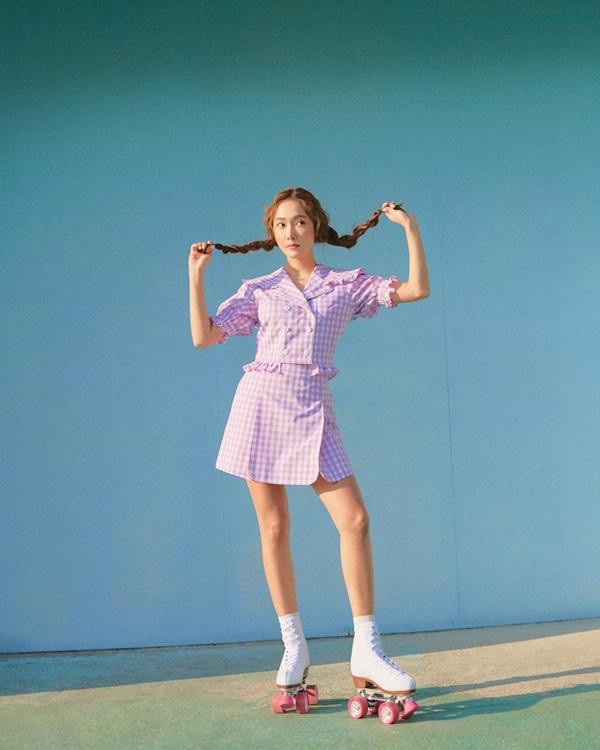 Điều đặc biệt là cô nàng luôn chọn trang phục mang tông pastel nhẹ nhàng nhưng vẫn mang đậm sắc màu mùa hè.
