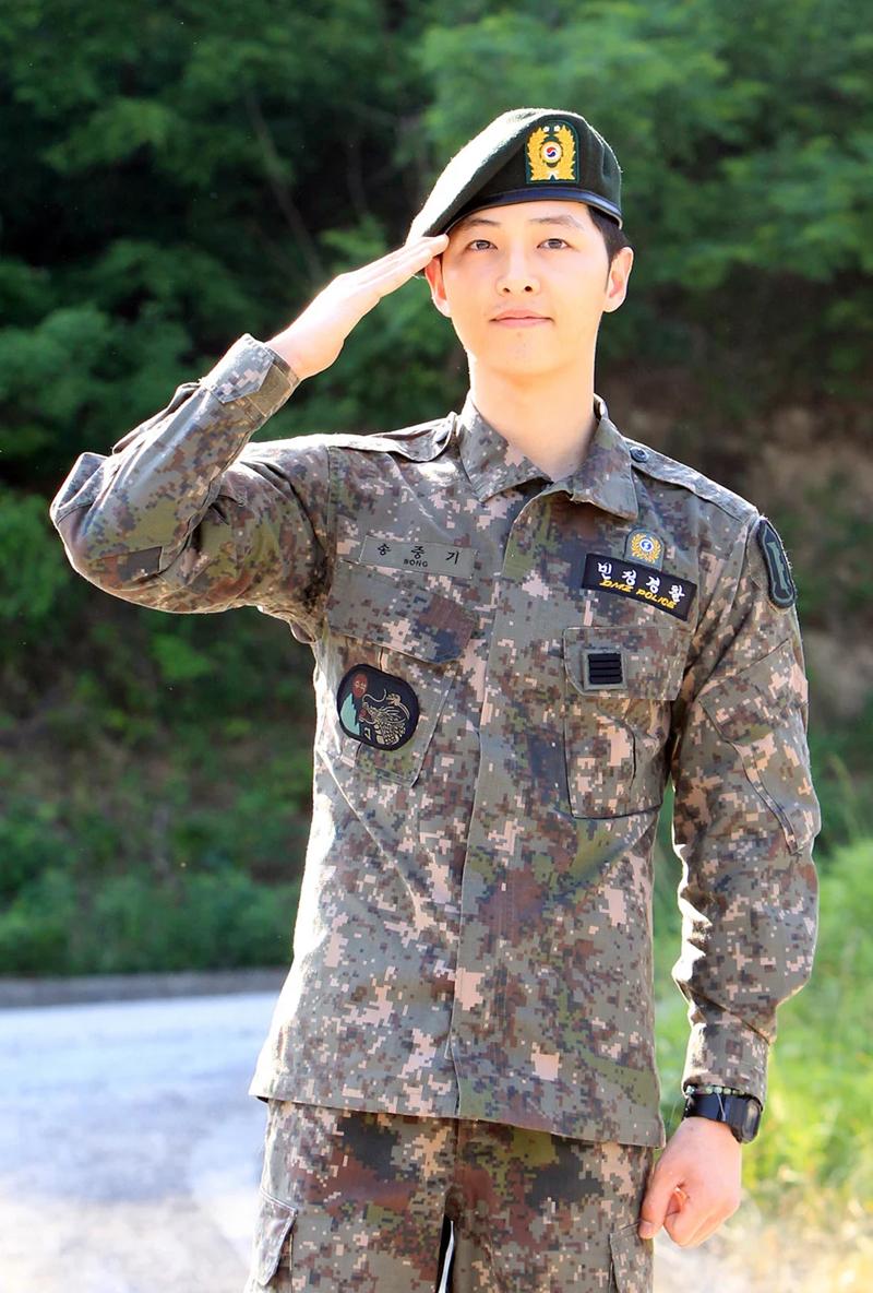 10 bí mật về các nam tài tử màn ảnh Hàn Quốc: Song Joong Ki từng trộm đồ ăn, Lee Min Ho là game thủ tài ba 0