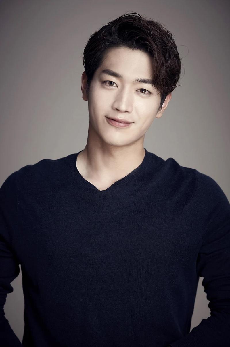 10 bí mật về các nam tài tử màn ảnh Hàn Quốc: Song Joong Ki từng trộm đồ ăn, Lee Min Ho là game thủ tài ba 2