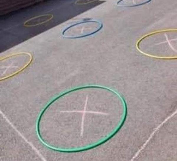 Vòng tròn mà học sinh chơi ở sân trường.