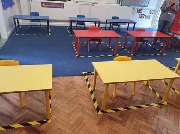Bàn ghế đều được ngăn cách bằng vạch vàng đen.
