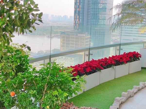 Ban công có view nhìn ra sông Sài Gòn thơ mộng.