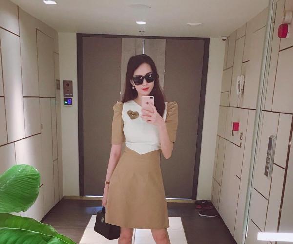 Hoa hậu Đặng Thu Thảo có 1 căn phòng chuyên dùng để thay đồ, đựng quần áo, đây cũng là góc sống ảo quen thuộc của người đẹp.