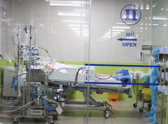 Phi công Anh được tiếp nhận chăm sóc tại khoa hồi sức cấp cứu Bệnh viện Chợ Rẫy.