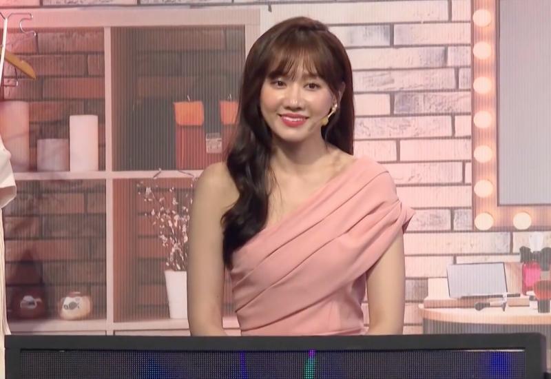 Hari Won cười gượng khi bị đố khó tiếng Việt.