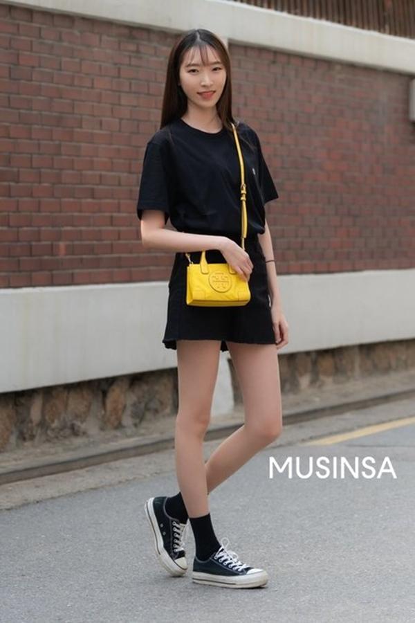 Mix áo phông cùng chân váy kèm sneakers ton sur ton đơn giản, cô nàng này khéo léo tạo nét chấm phá cho tổng thể thêm phần bắt mắt bằng phụ kiện túi xách tông vàng neon.