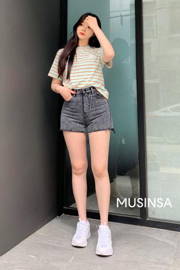 Sơ vin áo phông kẻ ngang với jeans short siêu ngắn và xỏ một đôi sneakers trắng trẻ trung, cô nàng này không chỉ khoe được đôi chân dài miên man mà còn khiến người khác phải trầm trồ về độ chất của mình.
