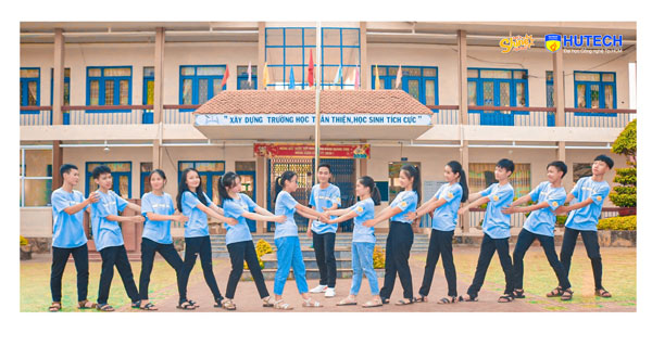 Ảnh kỷ yếu của lớp 10A1 trường THPT Ea H'leo (Đắk Lắk) do chính thầy giáo làm 'phó nháy'