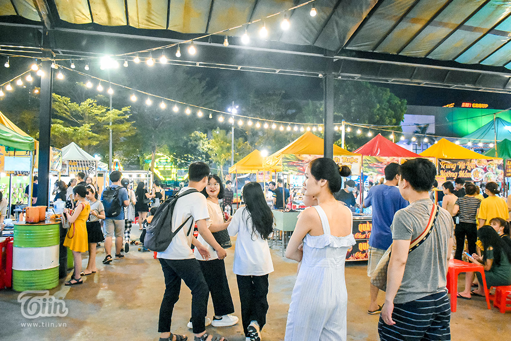 Đà Nẵng hiện chỉ 2 khu chợ đêm sầm uất và thu hút người dân, du khách. Trong đó, khu chợ ở trung tâm thành phố được xem là điểm đến riêng biệt dành cho giới trẻ, sinh viên.