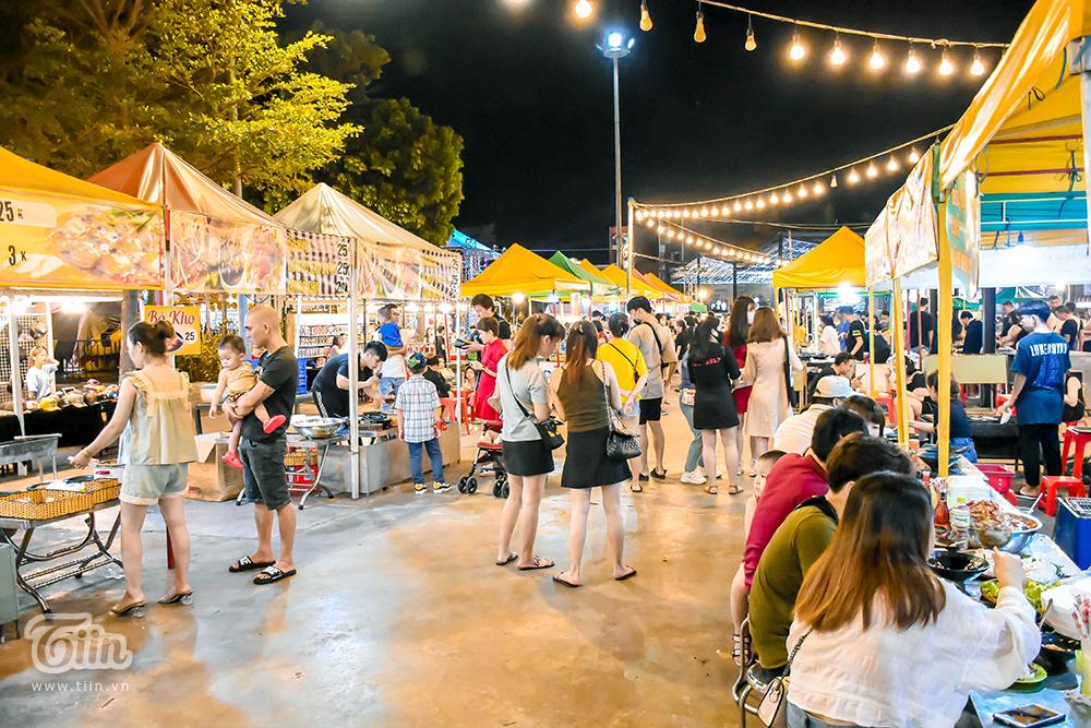 Đến chợ đêm này (ở đường Phan Đăng Lưu), bạn sẽ gần như lạc vào mê cung đồ ăn, đa dạng từ ẩm thực địa phương đến các món ăn thế giới. Khu chợ không quá rộng song bài trí hàng trăm gian hàng khiến khách bị choáng ngợp thật sự.