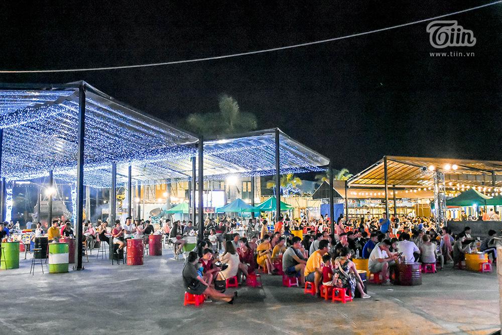 Đến đây, không chỉ được ăn uống mà nhiều không gian giải trí, vui chơi còn được đầu tư, bố trí vây quanh. Rất tiện cho những tín đồ du lịch đi theo hội nhóm đúng không?