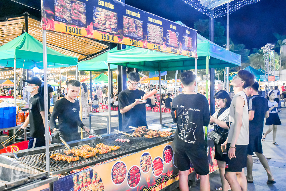 Chính thức mở cửa từ 17h chiều, khu chợ hoạt động đến 22h đêm (thường thì trễ hơn). Các món ăn đa dạng song theo khảo sát có giá 'không được mềm lắm'. Trong đó, đặc trưng và dậy mùi nhất là các món nướng BBQ được bố trí dọc các lối đi.