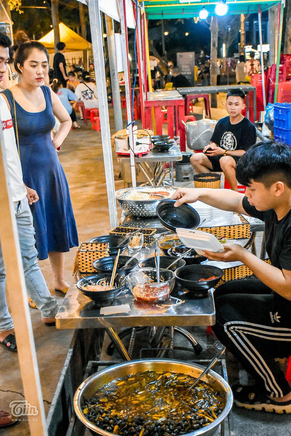 Một trong những món đặc sản địa phương được yêu thích: Ốc hút. Giá dao động quanh mức 25k/ dĩa.