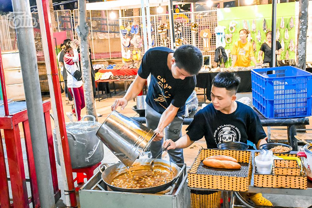 Một món ngon khácở khu chợ đêm: Cút lộn xào me ăn kèm với bánh mì, giá 25k.