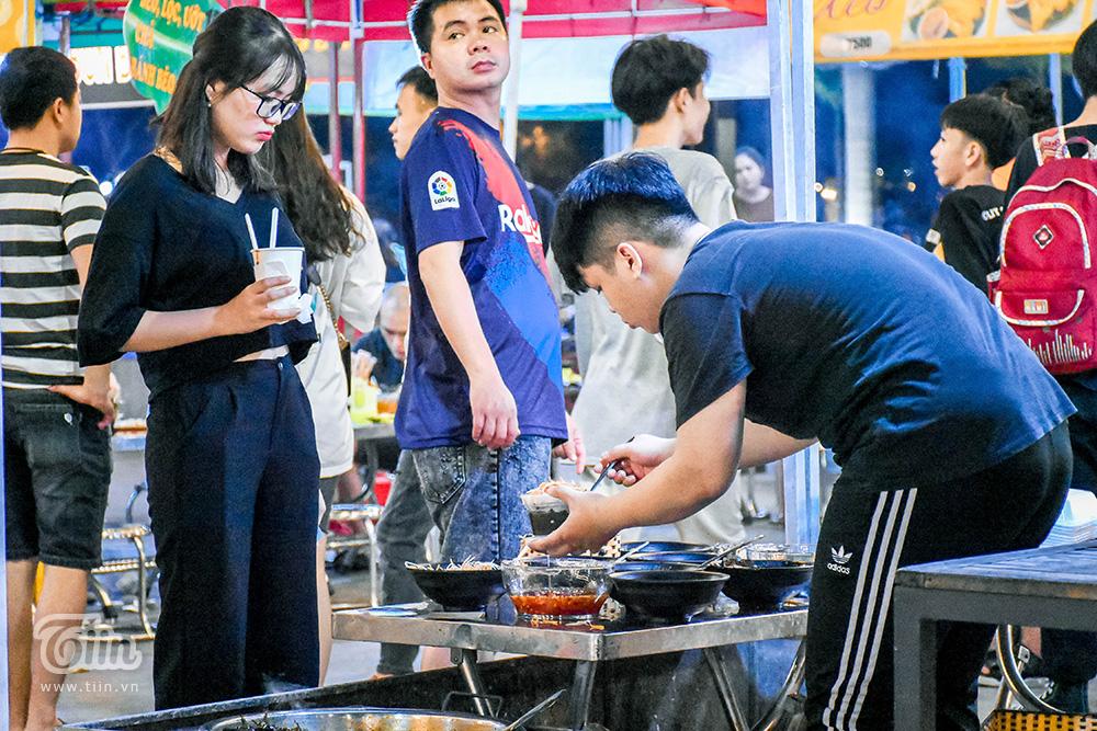 Dù vậy, đa số các món ăn ở chợ đêm đều được đánh giá vừa vị, thấm thía. Nếu quyết định trải nghiệm ẩm thực khu chợ này, xác định trong túi không dưới 100k hoặc thậm chí 500k nếu muốn chi tiêu thoải mái nhé!