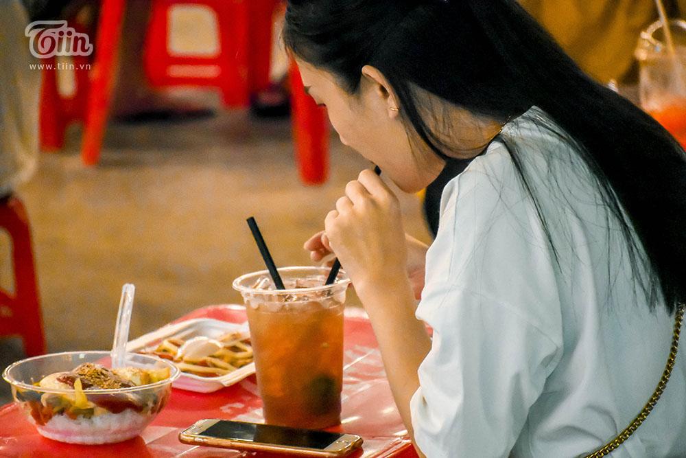 Nhiều bạn lựa chọn ăn theo combo để no bụngsao đó đi dạo, thật sựtiết kiệm.