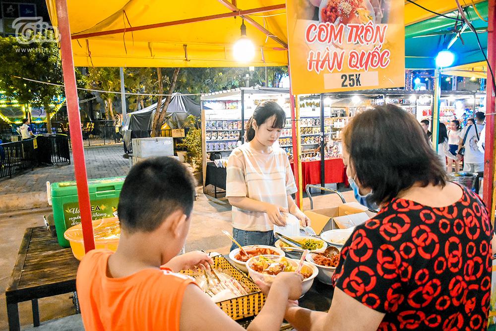 Một số hình ảnh về khu chợ đêm ở Đà Nẵng, vẫn là lưu ý cho các bạn: Giá không mềm, đồ ăn dừng lại mức 'ăn được', nước uống đắt và chỗ ngồi hạn chế nhé!