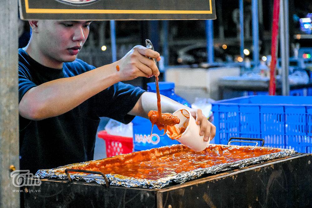 Một số món Hàn Quốc cũng được yêu thích ở đây như cơm cuộn 3k/ cái, tokbokki 20k.