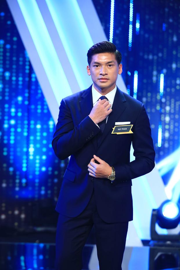 Huy Phan xuất hiện ở sân khấu Người ấy là ai với những cútwist 'rụng tim' người xem