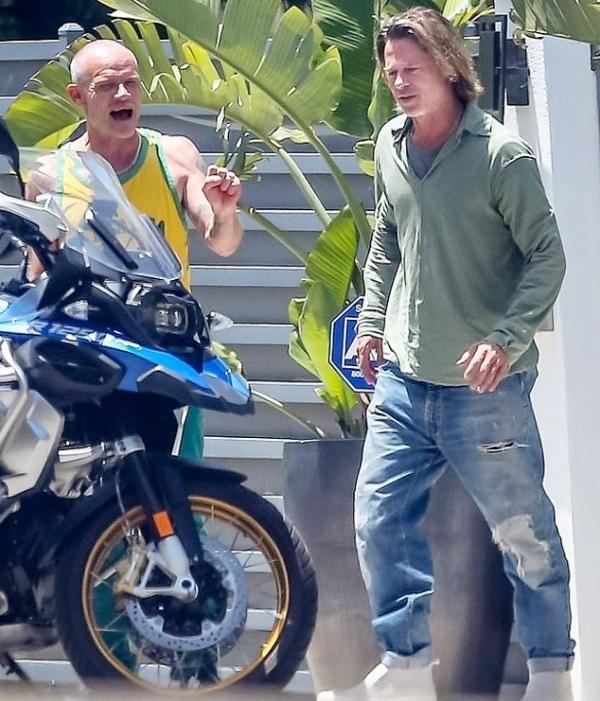 Brad Pitt không chỉ ngày càng 'xuống sắc' vì tóc tai mà cách ăn mặc cũng 'tồi tàn' theo thời gian.