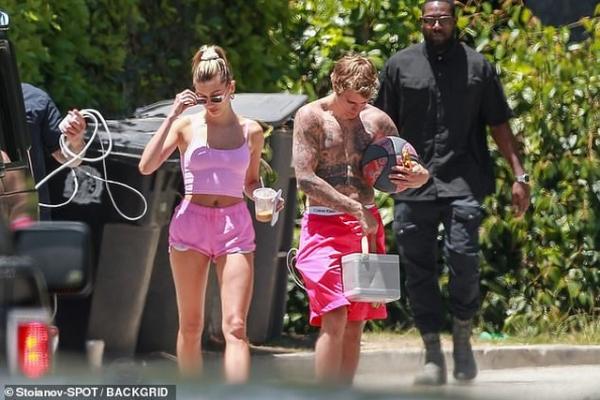 Hailey Bieber chọn set đồ màu hồng đồng bộ ngọt ngào và sexy.