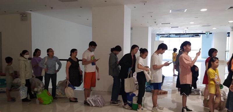 Các bạn trẻ Sài Gòn xếp hàng chờ đến lượt đổi rác lấy cây xanh.