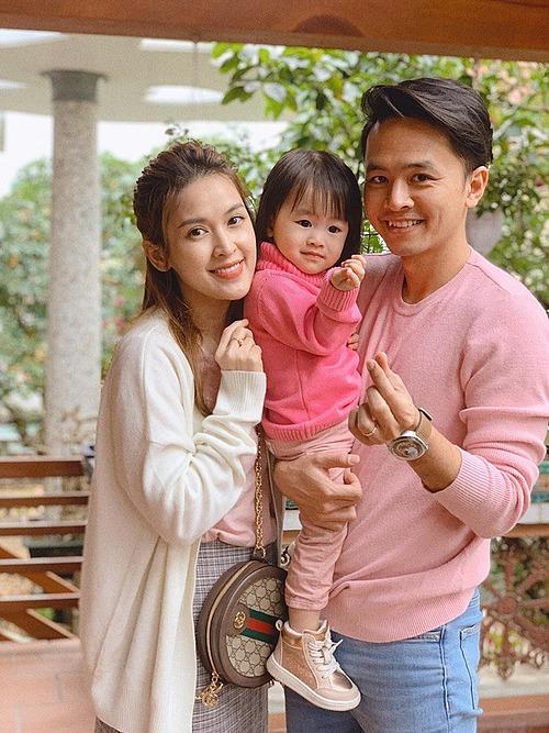 Vợ chồng Tú Vi - Văn Anh bên con gái.