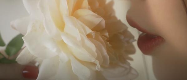 Bích Phương 'ra lò' MV mới đầy cảnh nóng bỏng nhưng vẫn một phong cách tiêu đề dài '8 cây số' 1