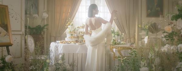 Bích Phương 'ra lò' MV mới đầy cảnh nóng bỏng nhưng vẫn một phong cách tiêu đề dài '8 cây số' 2