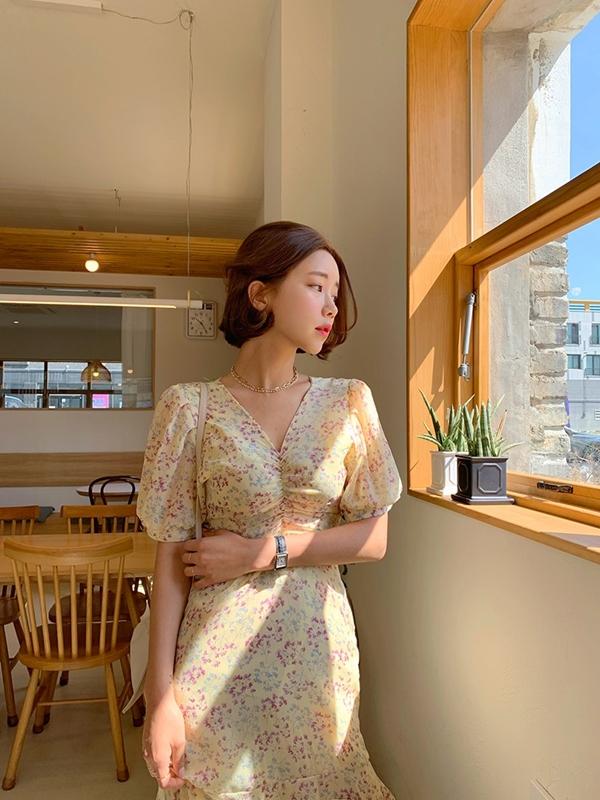 Váy cổ chữ V là kiểu váy giúp những khuyết điểm về vóc dáng được cải thiện một cách linh hoạt. Nếu bạnhơi mũm mĩm, váy cổ chữ V sẽ giúp vóc dáng trở nên thon gọn dễ dàng, còn trong trường hợp bạn sở hữu vóc dáng mảnh khảnh, item này sẽ hô biến vẻ ngoài trở nên sexy hơn.
