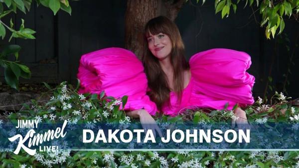 Dakota Johnson xuất hiện ngọt ngào trong chương trình với mẫu đầm hồng của nhà thiết kế Công Trí