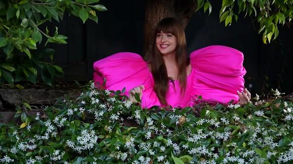 Ngọt ngào đầy nữ tính, Dakota Johnson trở thành 'cô gái nhà bên' đầy sức hút của Jimmy Kimmel trong mẫu váy Công Trí 3