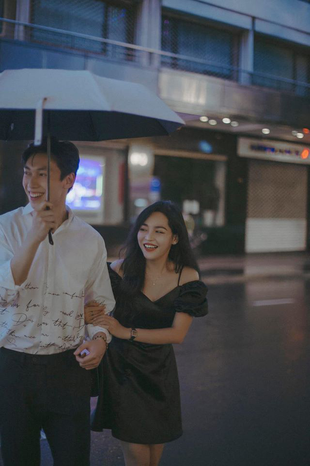 Cặp đôi công khai thân mật trên đường phố