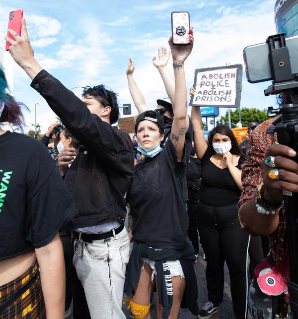 Ariana Grande, Camila Cabello, Shawn Mendes và loạt sao xuống đường biểu tình chống lại phân biệt chủng tộc 1